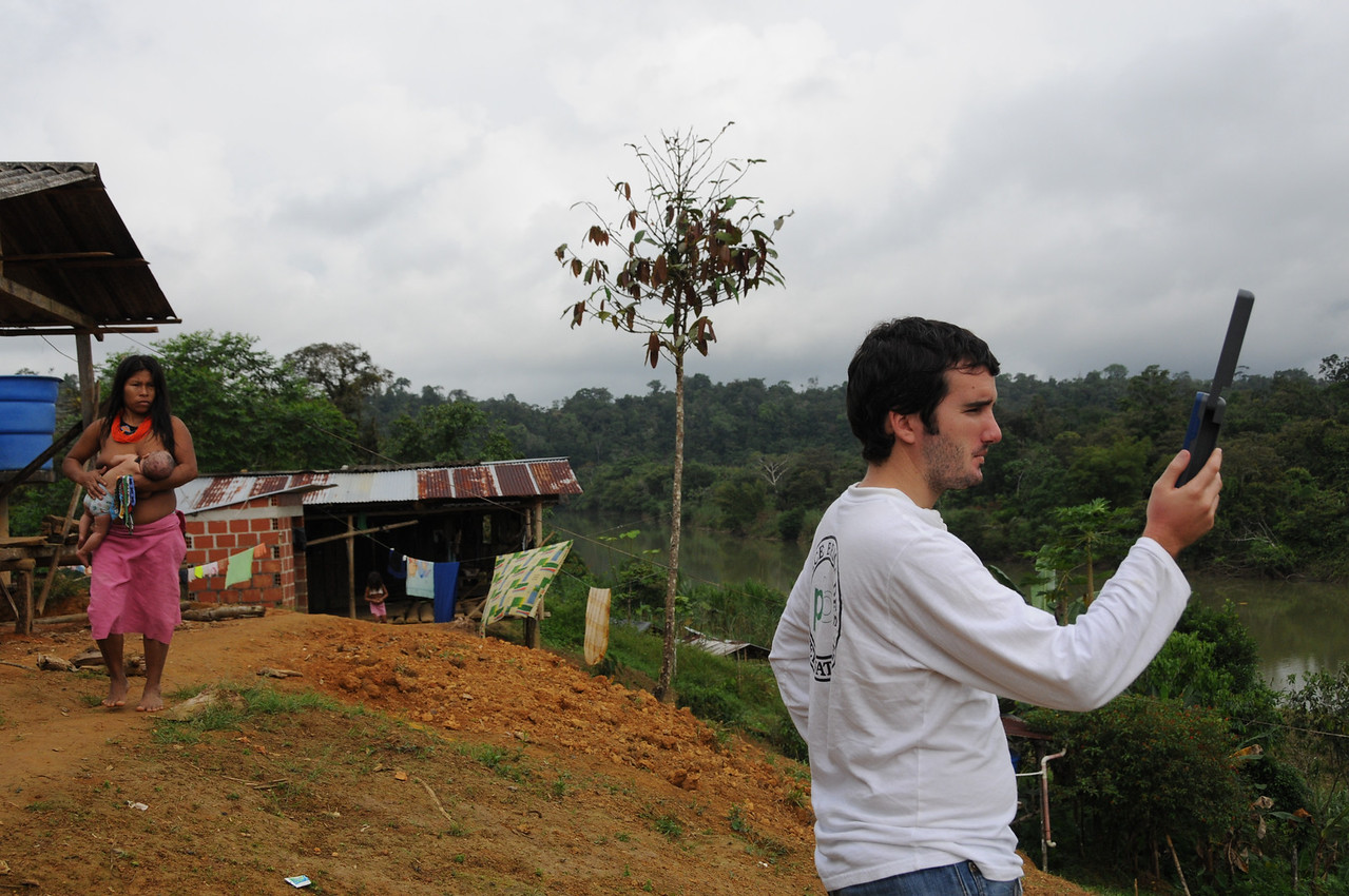 Miguel Choza Fernández (voluntario del Estado Español) haciendo una llamada a Bogotá en el resguardo indígena nonam Santa Rosa de Guayacán (Valle del Cauca). PBI acompaña a la Comisión Intereclesial de Justicia y Paz (Cijp). Enero de 2013.